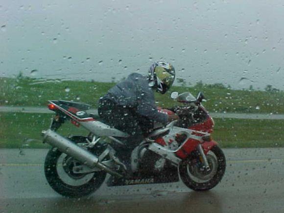 moto-de-desguace-lloviendo