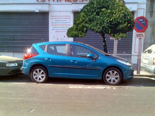 coche-aparcado-telefonos-desguaces
